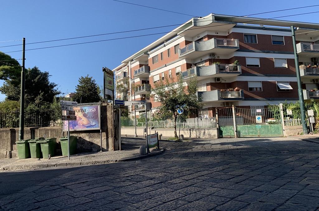 Portici (NA) Piazza S. Poli: 9 locali con doppio ingresso